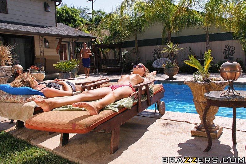 Выразительная мокренькая Tanner Mayes стягивает эротическое белье и скачет на верхушке писюна около бассейна