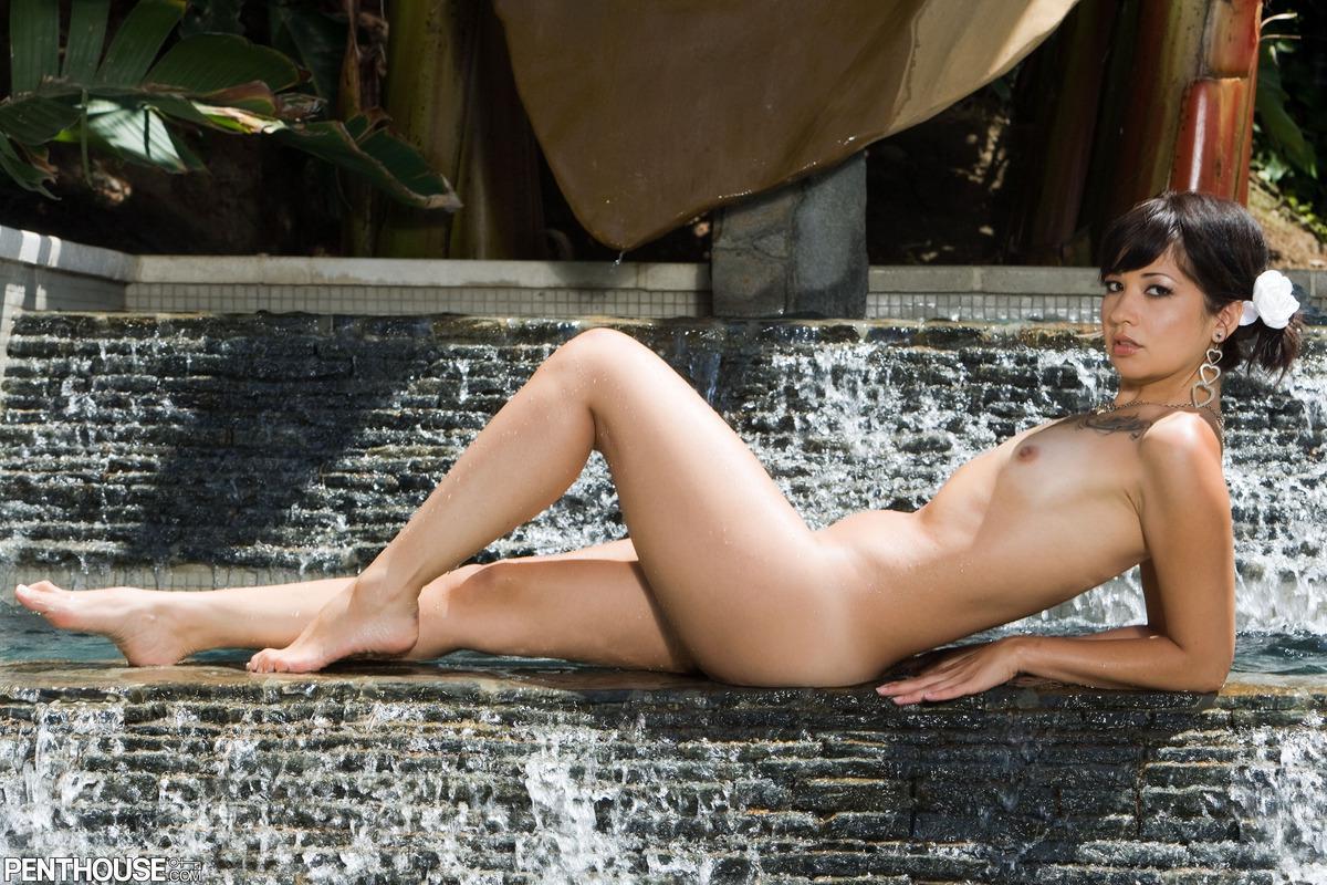 Латиноамериканка Coco Velvett с маленькой грудью снимает свое бикини и полностью показывает тугую попу
