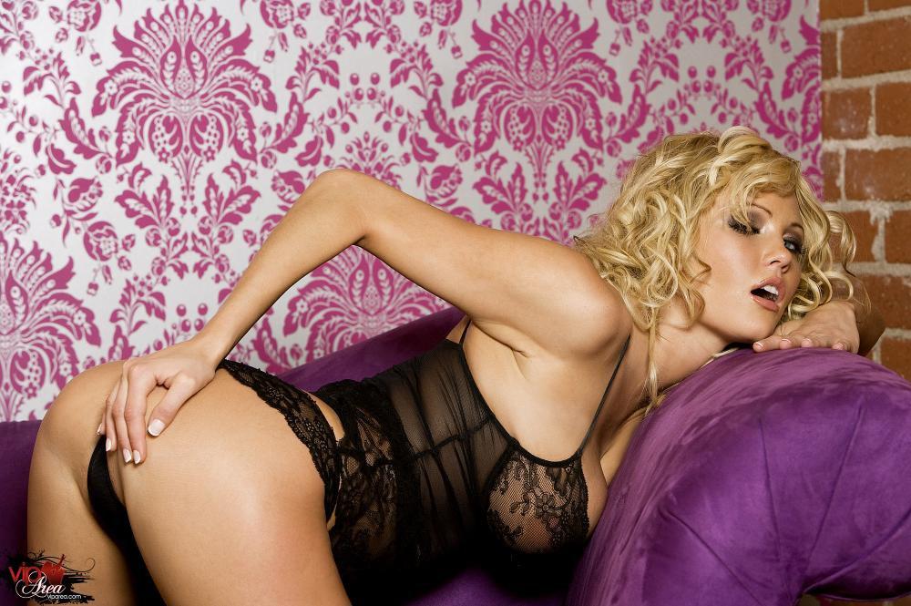 Пышногрудая светлая порноактриса в белье - Hanna Hilton, показывает свою горячую пизду