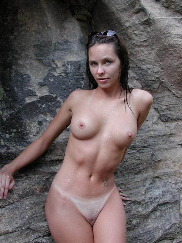 Игривые шалавы не против показать свои голые тела для фотосессии
