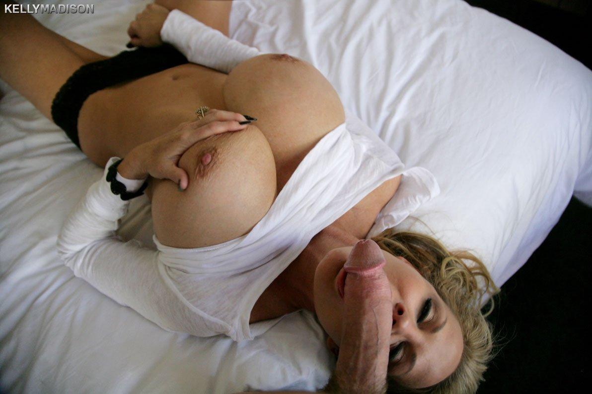 Натыкал в рабочий рот возрастной блондинке с крупными дойками
