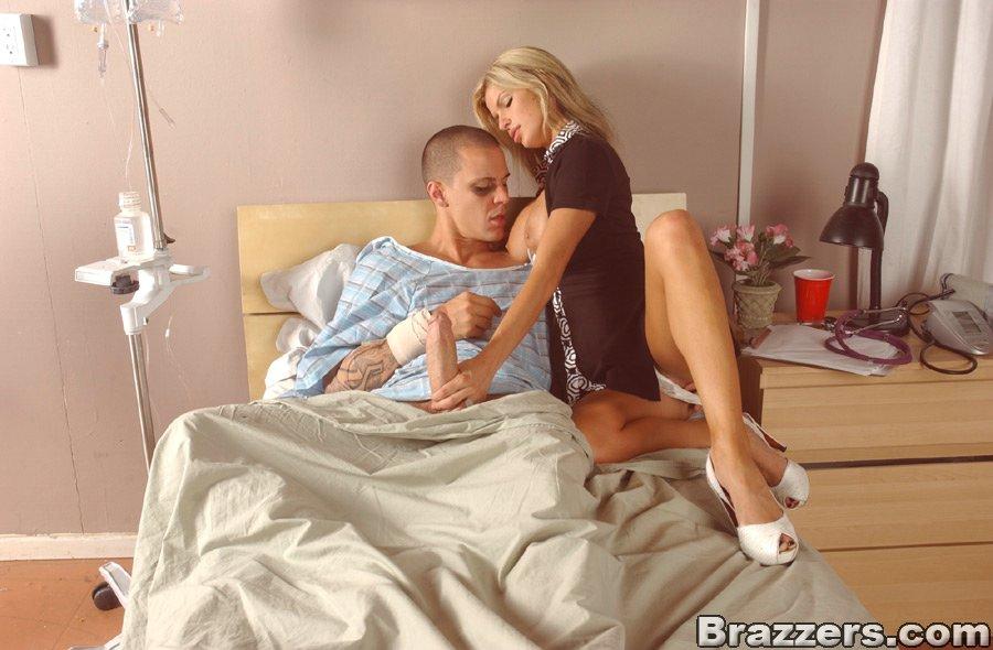 Грудастая санитарка с длинными ножками и бритой пилоткой Kendall Brooks ебется с больным в госпитале