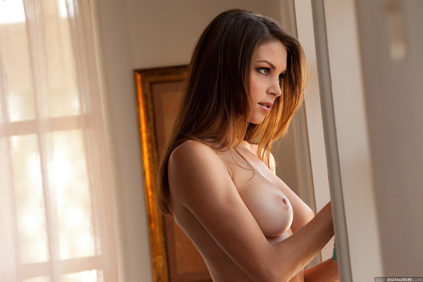 Красивая модель с плоским животиком показала грудь с набухшими сосками