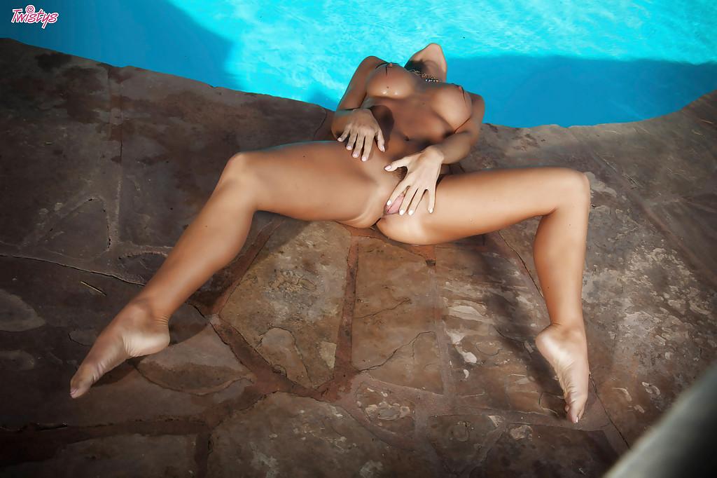 Сиськастая красавица разделась у бассейна