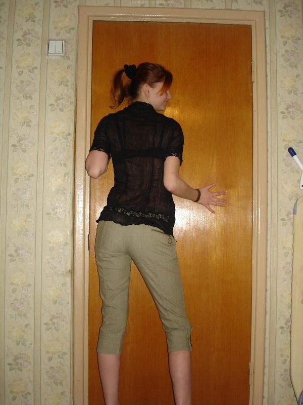 Рыжеволосая девка в черном белье встала раком на двухспальной кровати