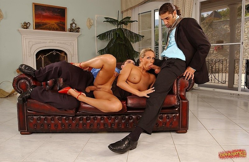 Элитная модель из эскорта обслуживает Двоих мужчин с гигантскими фаллосами, она занимается сексом за бабушки