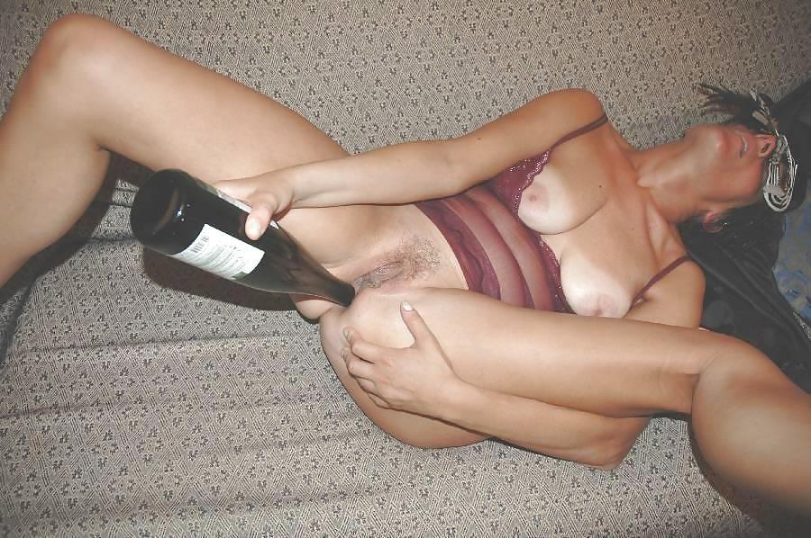 Итальянская милфа Сильвия растопыривает ноги и пихает в свои щёлки самотыки