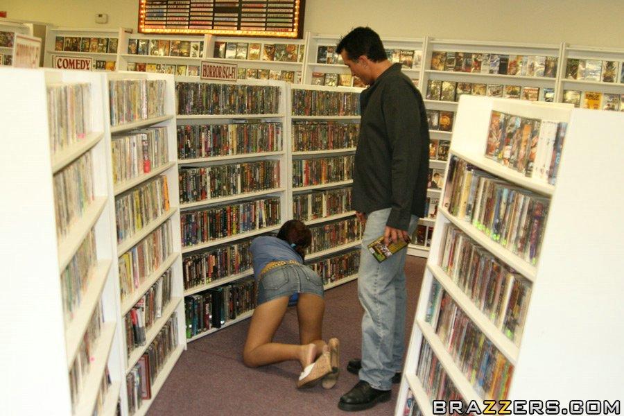 Мужлан развел продавщицу на перепихон и трахнул ее на полу порно фото