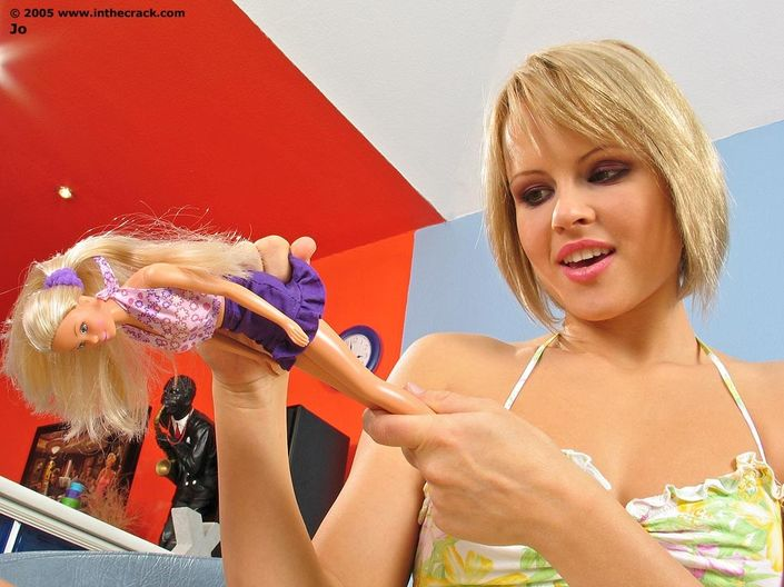 Страстная проститутка Jo с тугой попкой сует в киску платиковую куклу hd порно фото