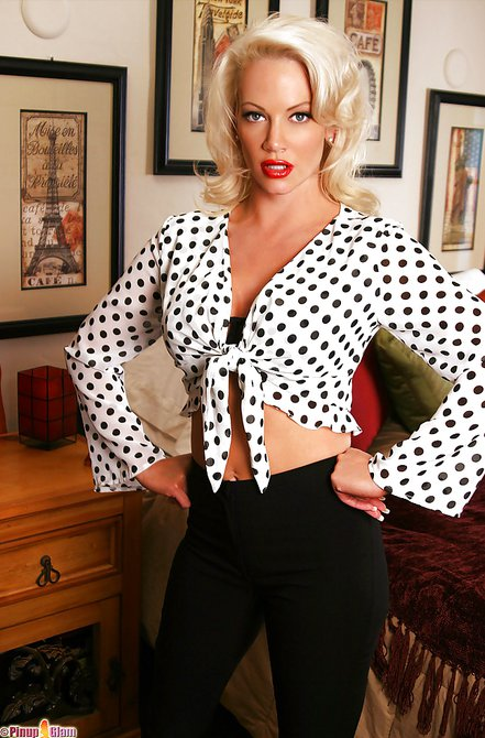 Классная блондиночка выставляет свою обнаженную грудь