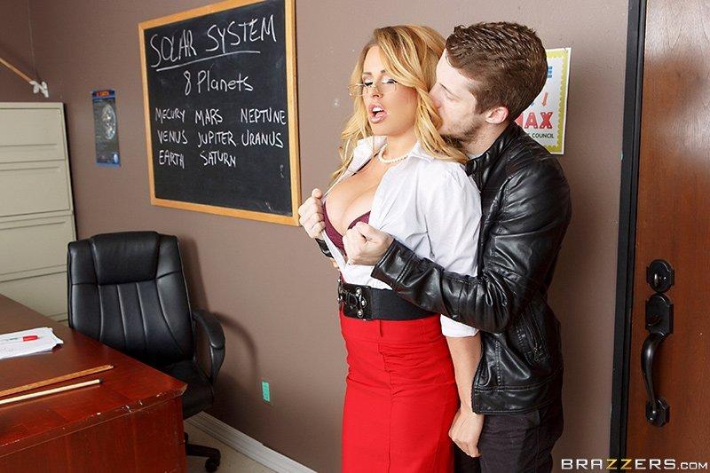 Отимел силиконовую мадам в кабинете