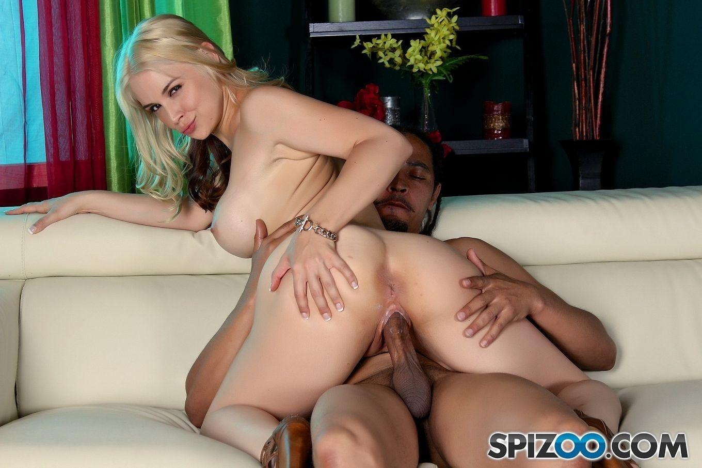 Sarah Vandella - милая блондинка, которая умеет широко раздвигать ноги