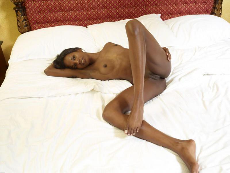 Негритянка показывает худое тело и маленькие дойки