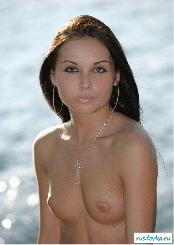 Серьезная голая дама у речки