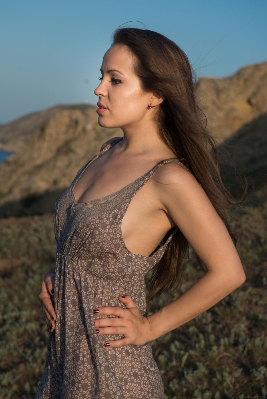 Красотка Arina G не скрывает своей киски и титьек от солнышка, когда позирует на открытом воздухе