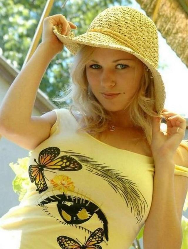 Молодая пламенная блондинка оголяет себя в эротике