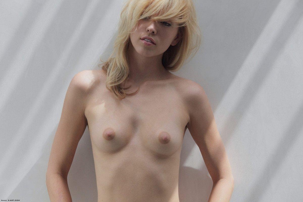 Соло бледной худощавой блондинки