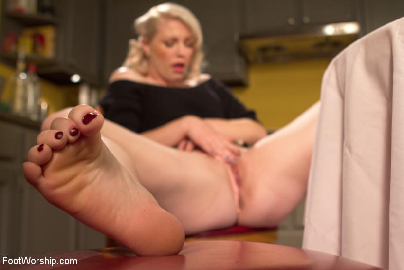 Ella Nova любит нюхать свои роковые ноги