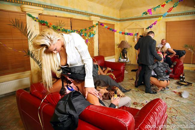 Пьяная и обнаженная вечеринка на работе порнофото