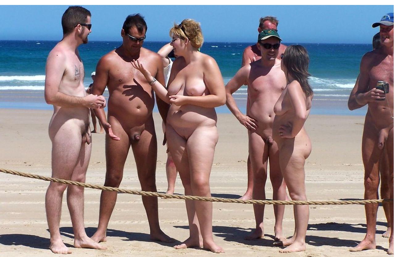 Девушки ходят без трусов на берегу моря