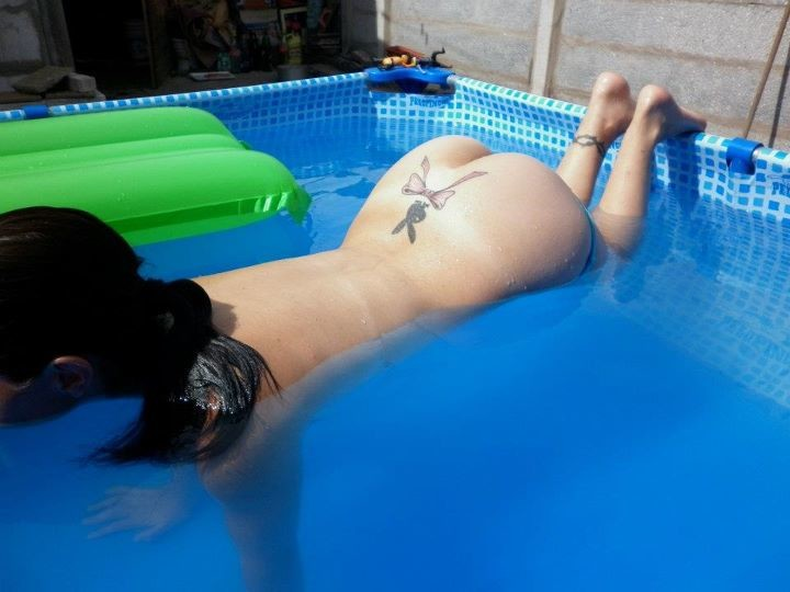 Жопа женушки плавающей в бассейне