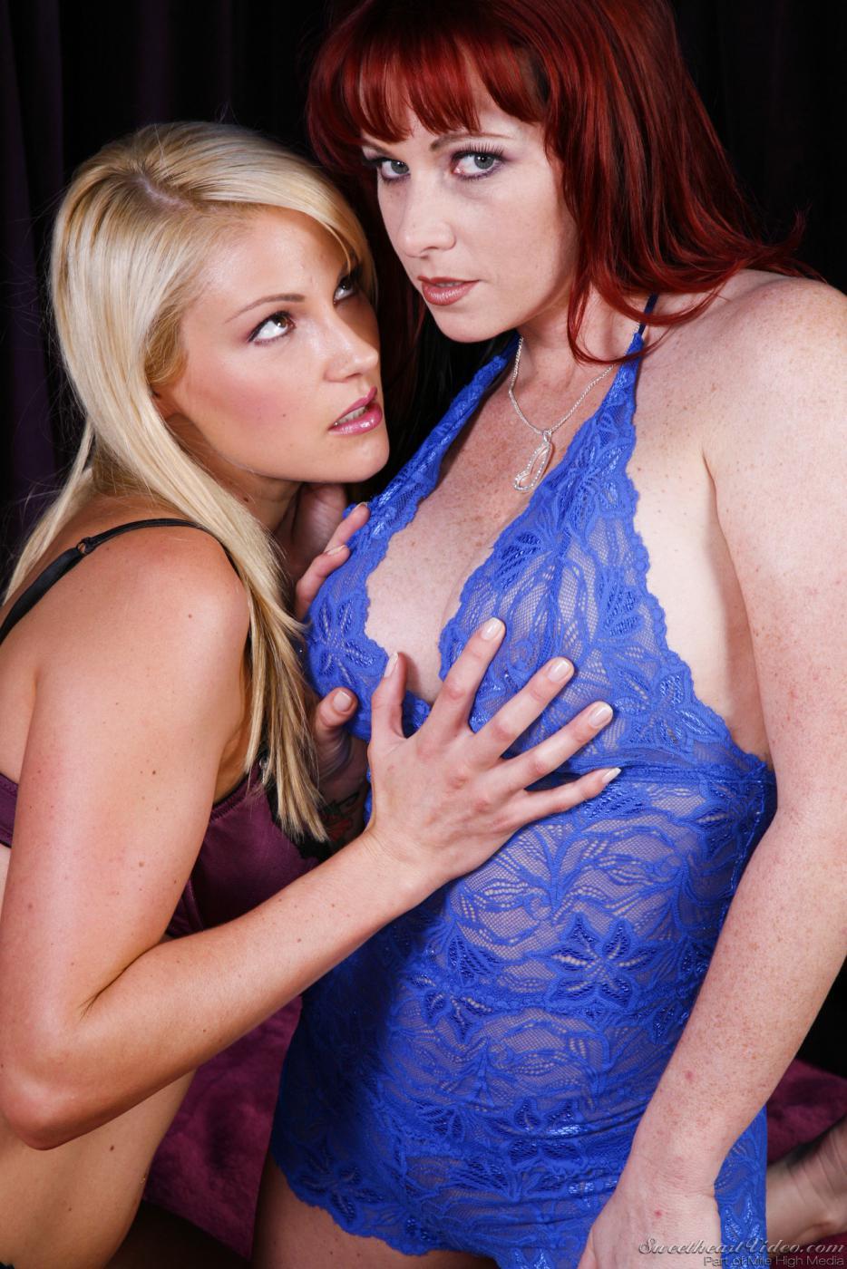 Похотливые мамы в белье Samantha Ryan и Kylie Ireland позируют и выставила напоказ грудь