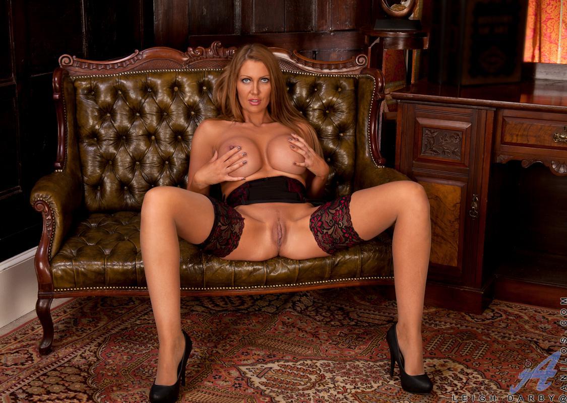 Чувственная сучка в чулочках Leigh Darby показала крупные дойки и растопырила ноги, лаская писю