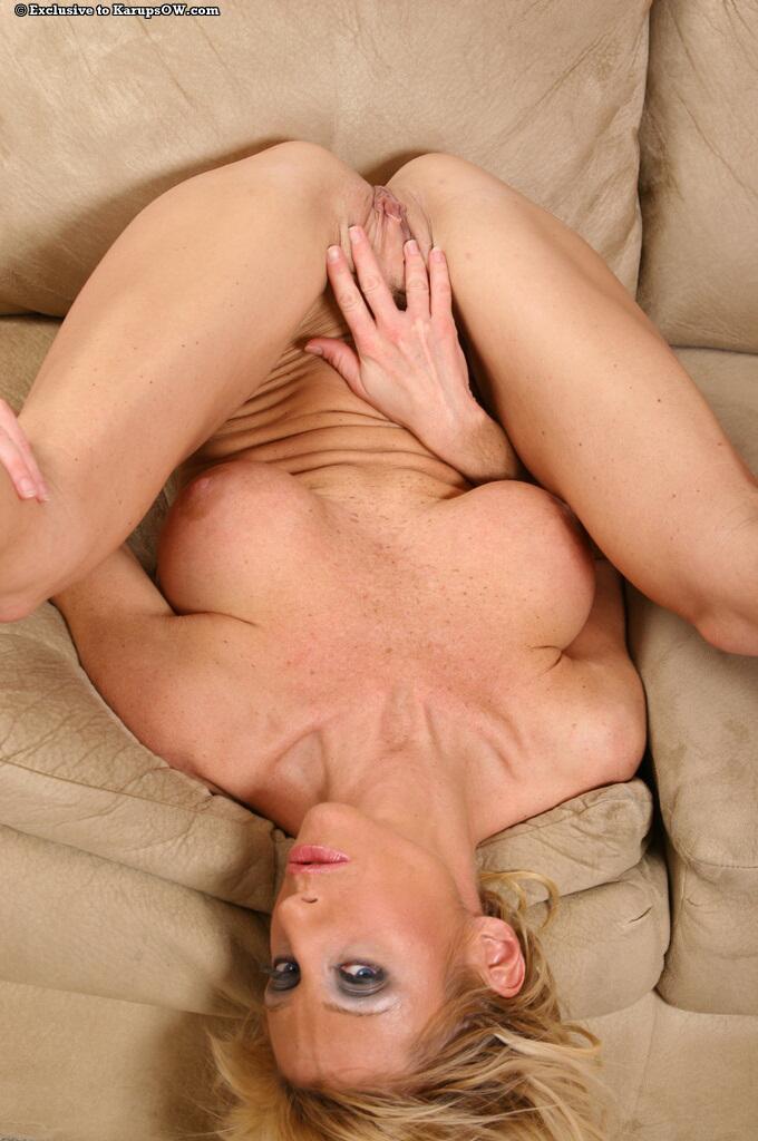 Грудастая мамочка Regan Anthony раздвигает свои длинные ноги и искушает свою обнаженную киску на диванчике