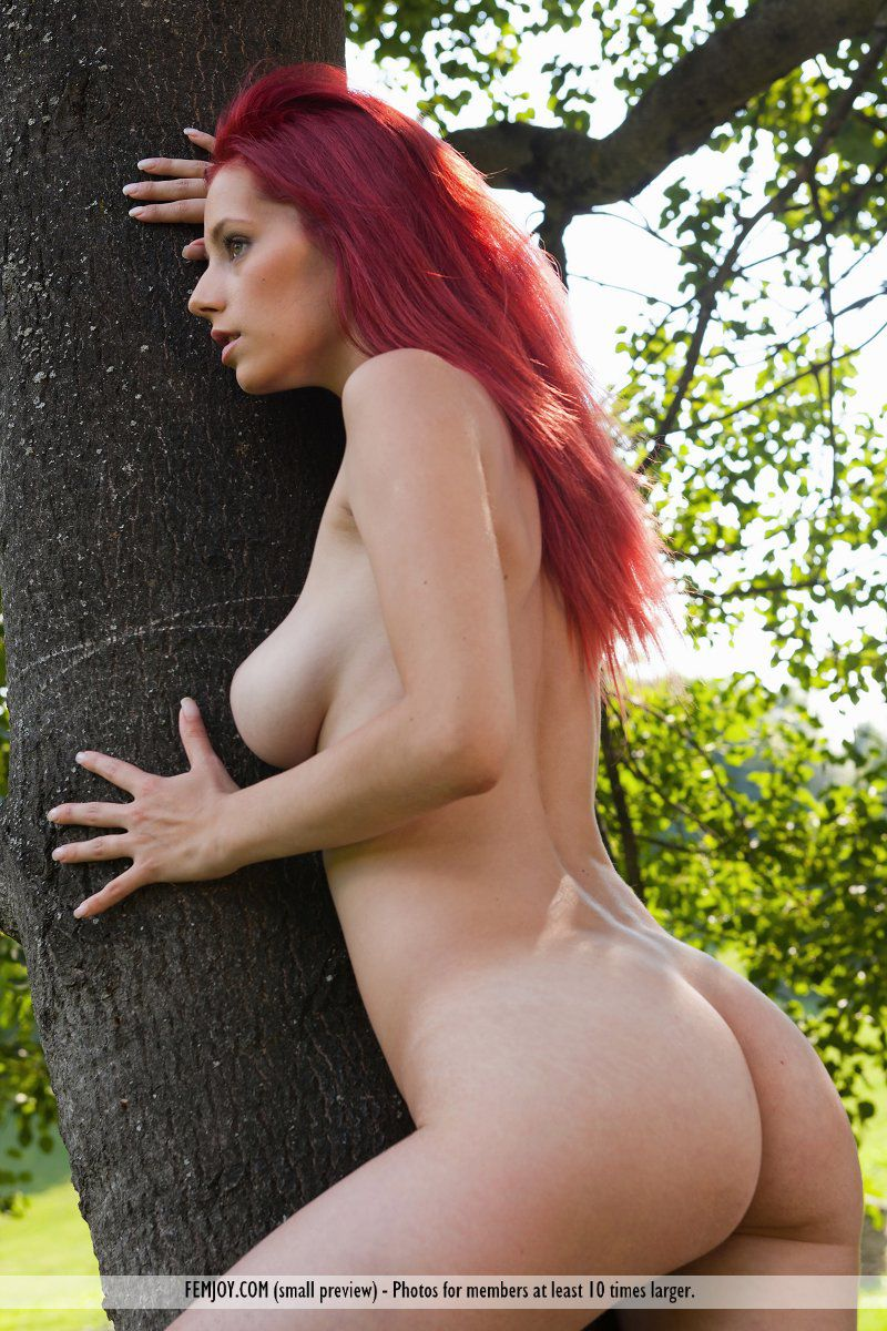 Похотливая рыжая лисичка Piper Fawn устраивает хорошенькую эротическую фотосессию в деревне
