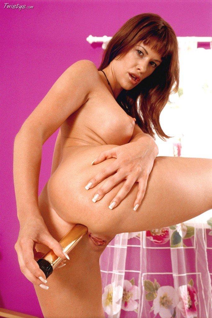 Рыжеволосая девка с выпирающей грудью Tessa Jonson вытрахивает свою шикарную пилотку и сраку золотистым дилдо