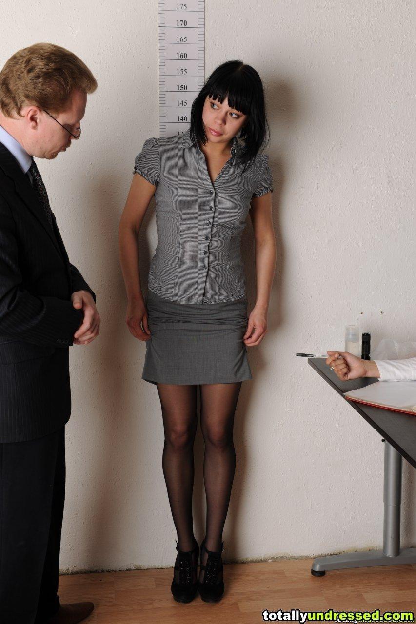 Очевидно, она не сможет работать помошницой, слишком скромная