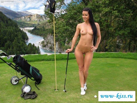 Голая спортсменка играет в гольф развратно