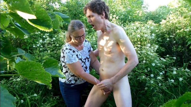 Обнаженный извращенец был доведен до семяизвержения