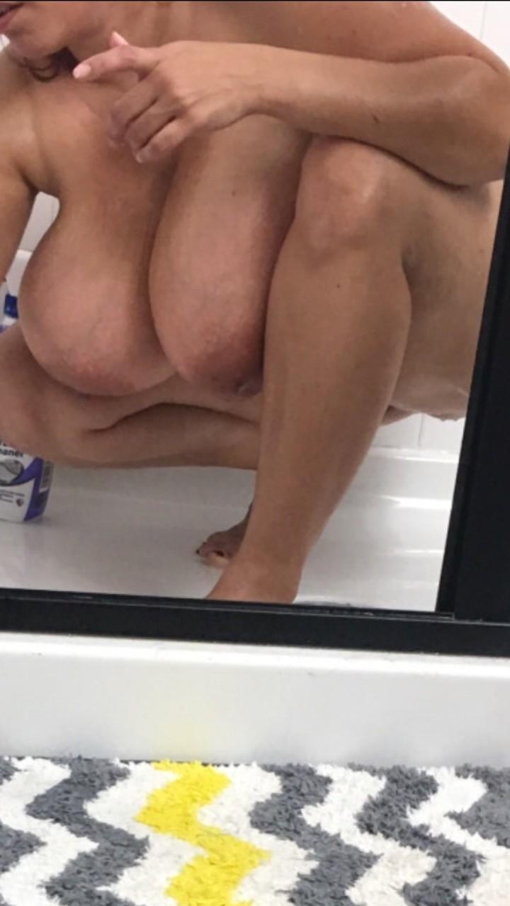 Сучка с округлыми формами