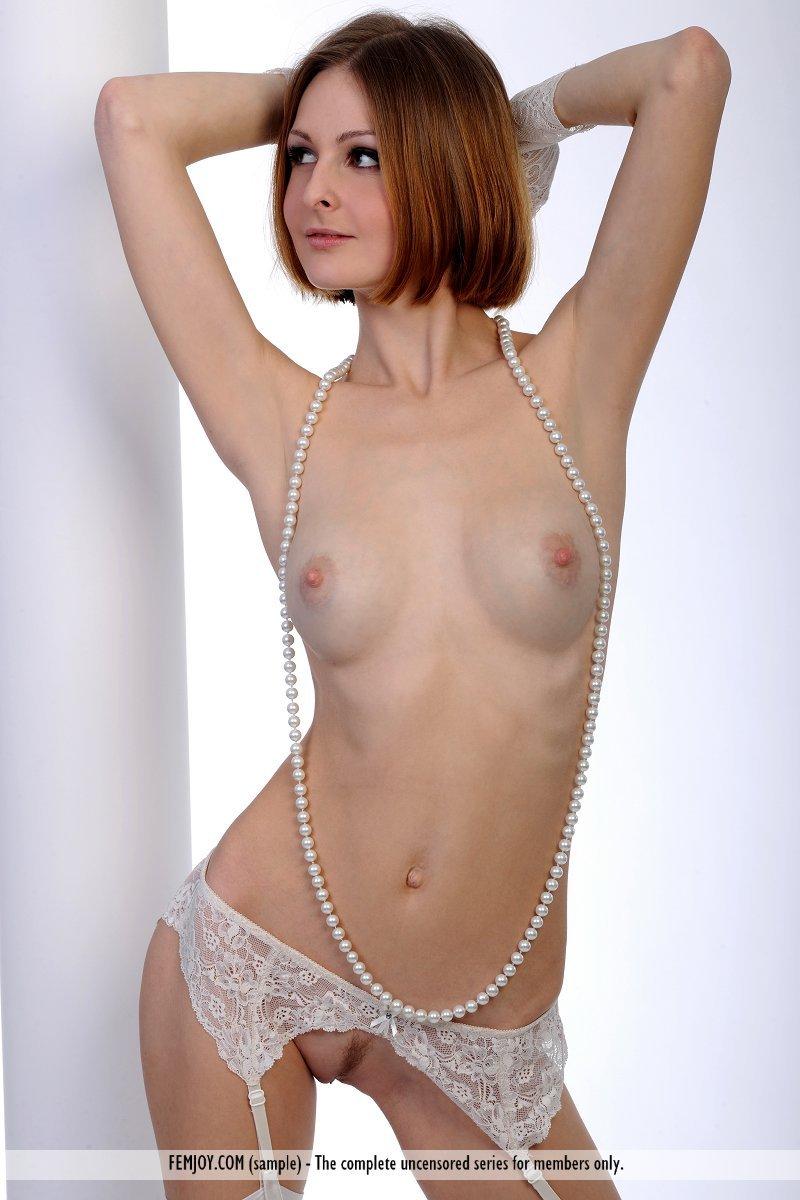 Интимная брюнеточка в светлых чулках Lili M сексуально водит жемчужными бусами по голенькой пизде