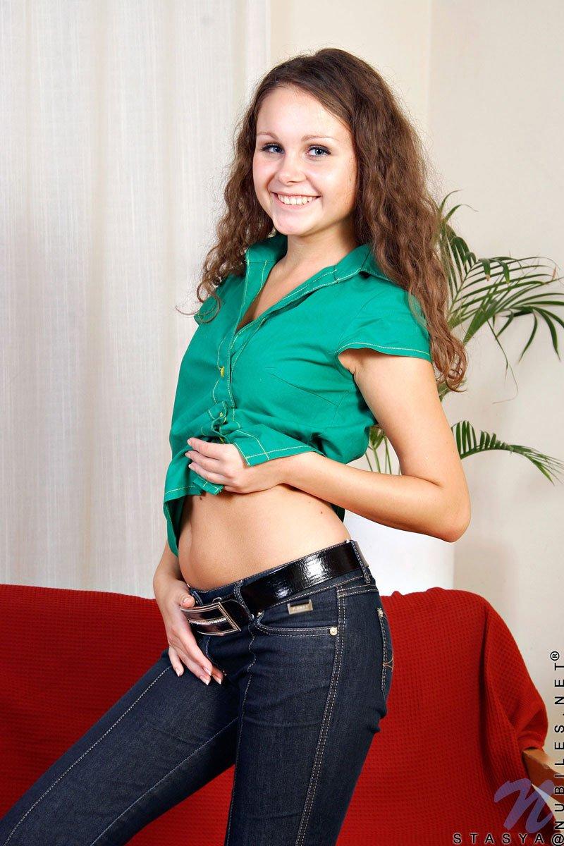Горячая баба в узких джинсах Stasya Nubiles шалит со своими белыми стрингами и снимает нижнее белье