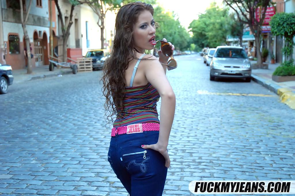 Присунул в задницу сучки, сняв с нее джинсы