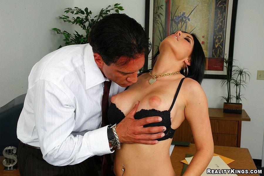 Титястая подчиненная Charisma Cappelli избавилась от своего черного нижнего белья и приняла пенис в свою пизду