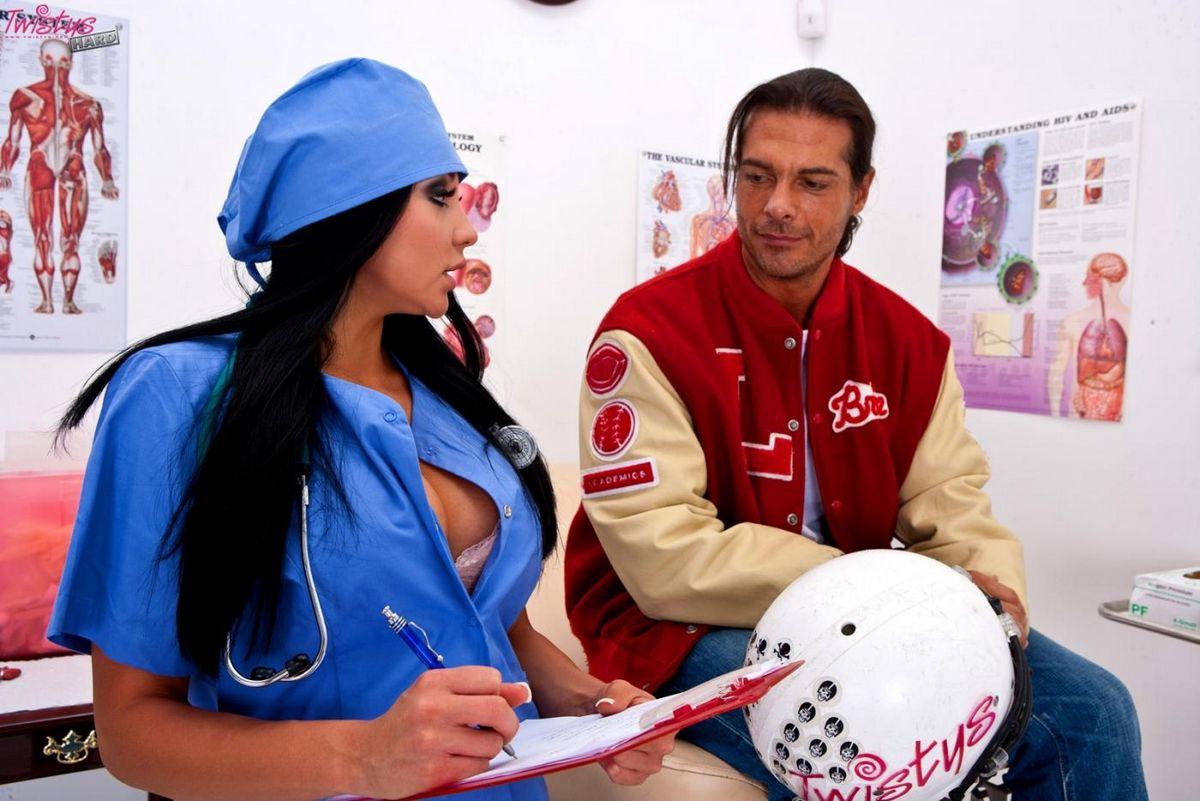 Грудастая медсестричка Audrey Bitoni в голубой униформе и белом нижнем белье отсасывает и трахается