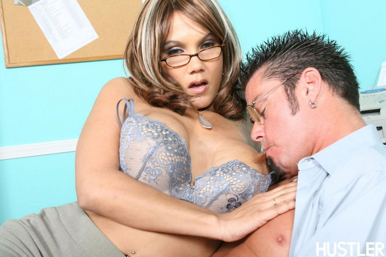 Большегрудая соблазнительная офисная мадам Anjanette Astoria в очках любовно оседлала член